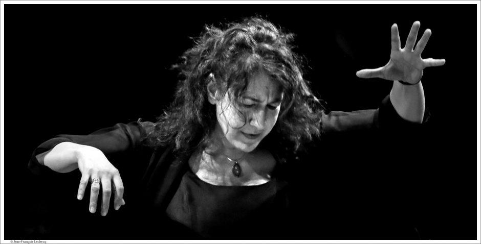 Adriana Tanus, directora de orquesta sinfónica y violonchelista de  prestigio, dirige el Coro Distrito Salamanca